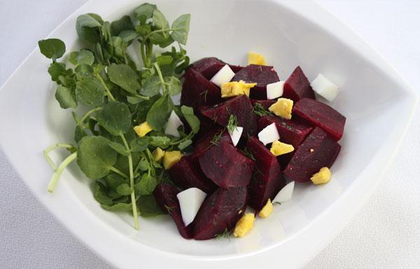 Salada de beterraba  com agrião e ovos cozidos