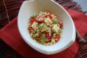 Salada de orzo com tomates frescos e manjericão