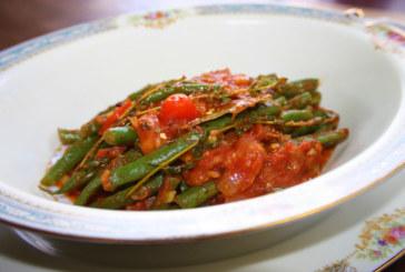 Vagem com alho, tomate e anchovas