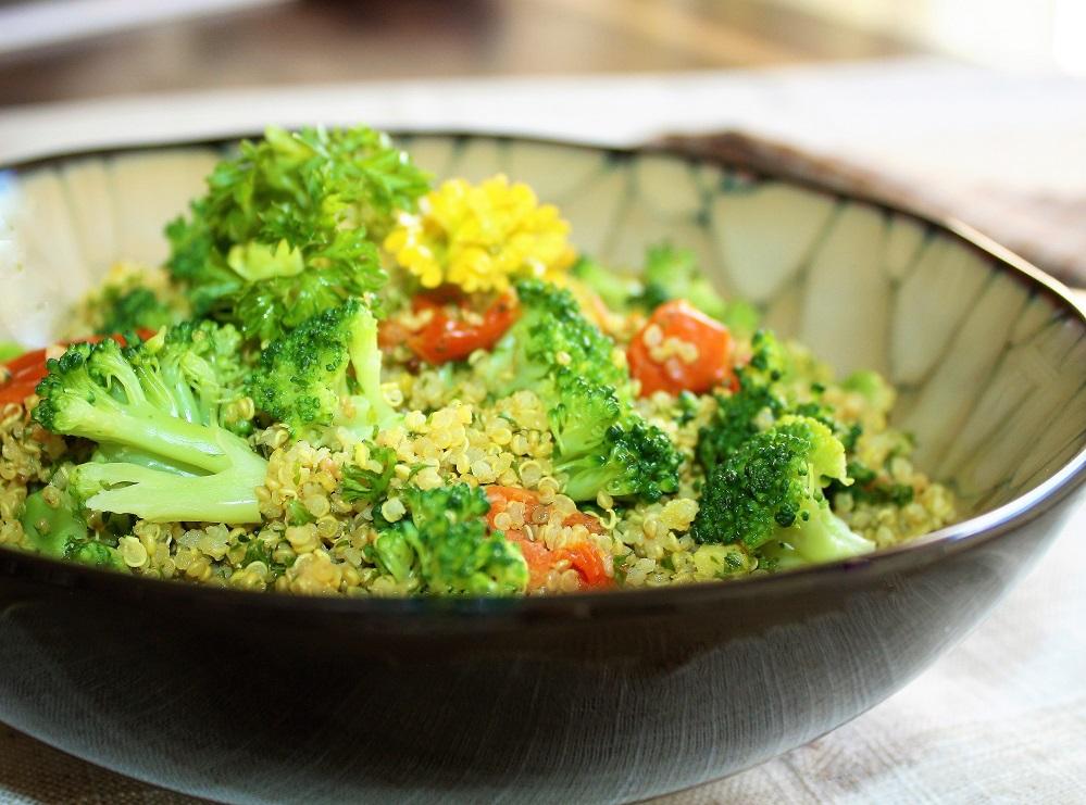 Quinoa com curry brócolis e tomates Quinoa com curry , brócolis e tomates