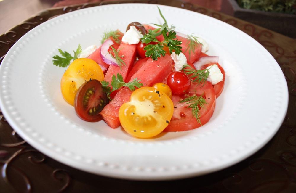 Salada de tomate com melancia e ervas frescas242 Salada de tomate com melancia e ervas frescas