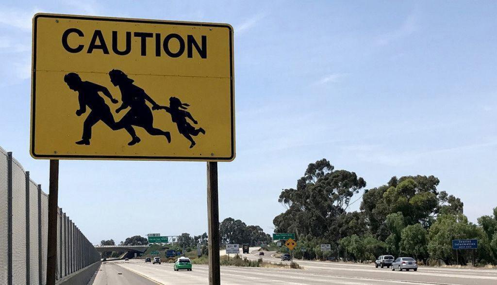 """Foto25 Placa de alerta  1024x588 Última placa """"símbolo"""" da imigração clandestina desaparece na CA"""