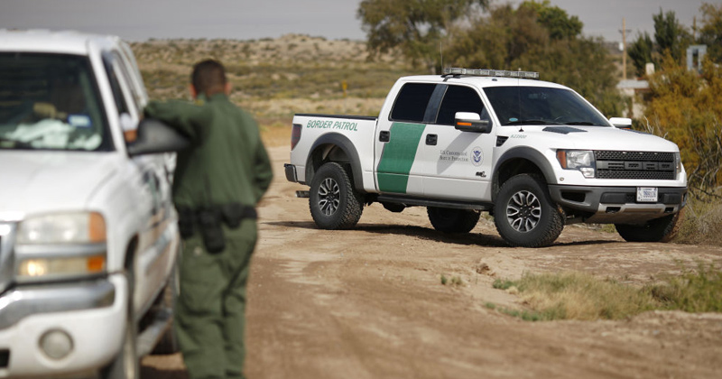 Foto20 Patrulha da Fronteira Caminhão levando 19 indocumentados capota na Califórnia