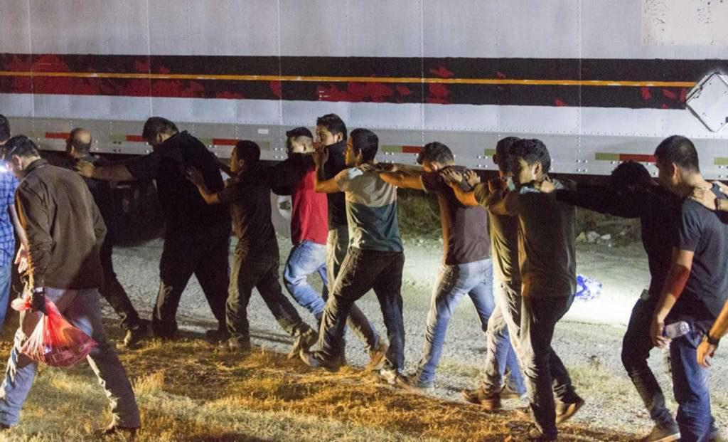 Foto13 Imigrantes presos Brasileiros estão entre os 53 imigrantes encontrados em caminhão