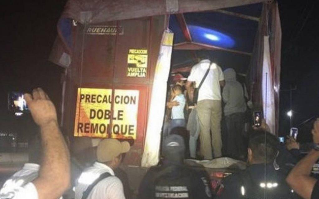 Foto21 Imigrantes detidos Patrulheiros descobrem 149 imigrantes escondidos em caminhão