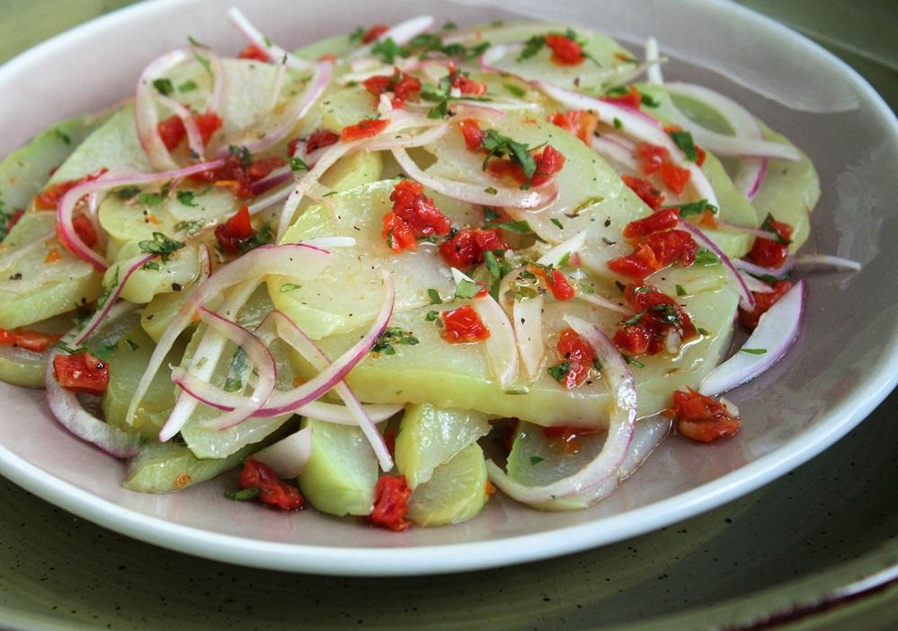 Salada vinagrete de chuchu com tomate seco