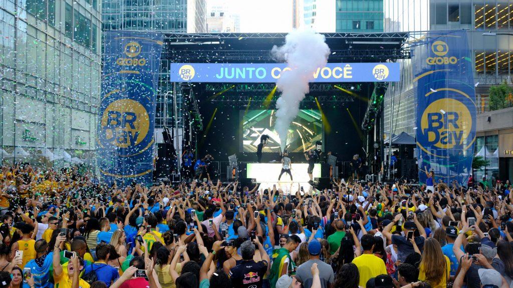 Show de Dennis no BR Day New York BR Day New York celebra as conquistas dos brasileiros nos EUA com muita música