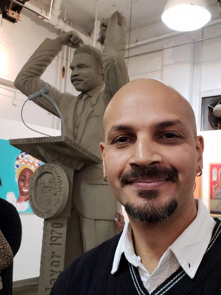 Foto26 Valmir Francisco de Sousa Rocha Brasileiro esculpe estátua de 1º prefeito negro de Newark