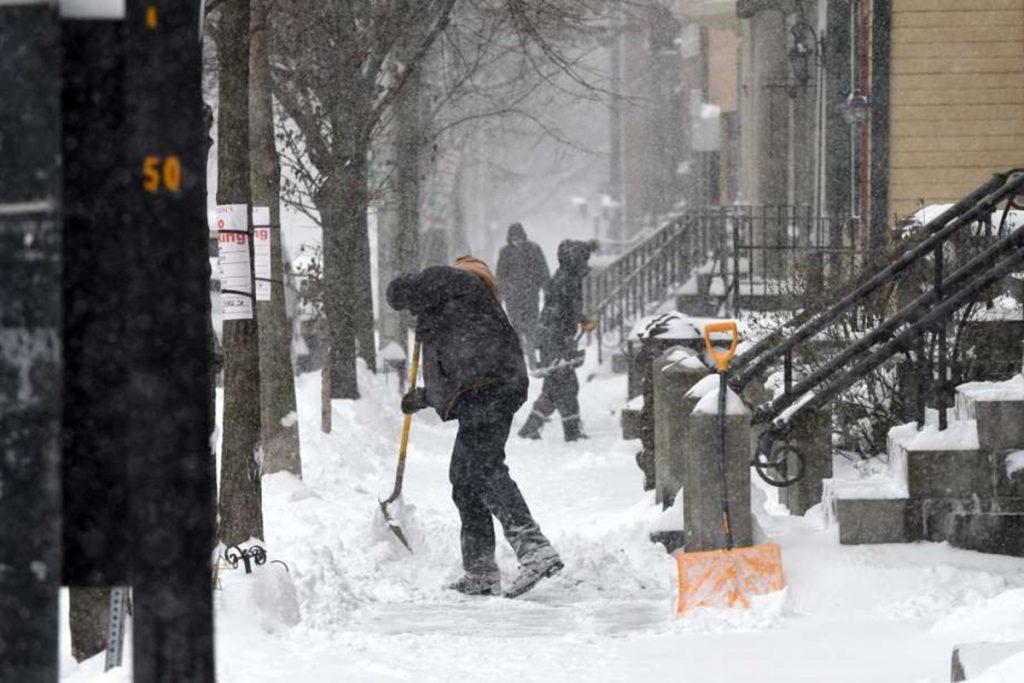 Foto2 Neve na calcada 1 1 Caos: Nevasca paralisa o trânsito em New Jersey