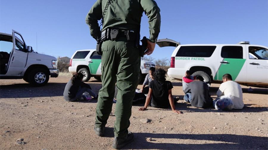 Foto3 Prisoes na fronteira Senado aprova US$ 4.6 bilhões para emergência na fronteira
