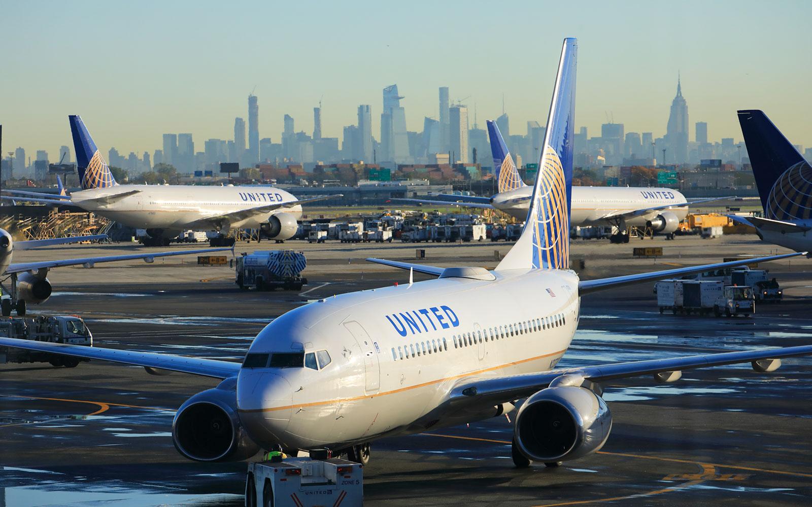 Foto32 Aeroporto Internacional de Newark Avião vaza 240 galões de combustível no Aeroporto de Newark