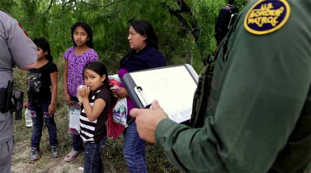 """Foto10 Imigrantes detidos na fronteira Advogado diz que decreto de Trump acabou com política """"Cai Cai"""""""