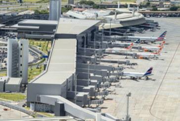 Avião com 70 brasileiros deportados posou no sábado (26) em MG