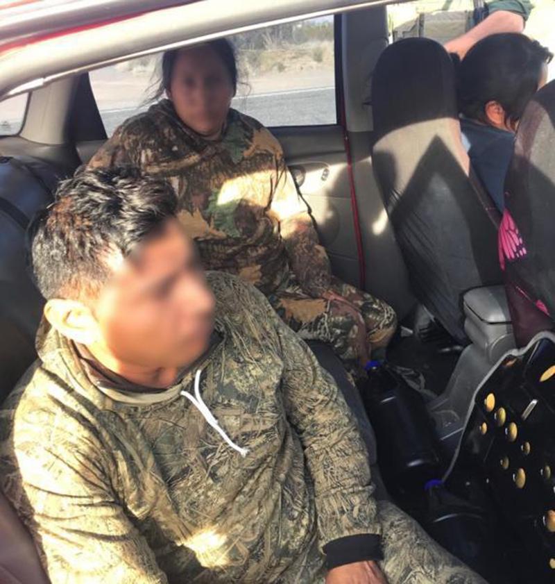Foto11 Imigrantes escondidos  Imigrantes são descobertos em porta malas de carro na fronteira
