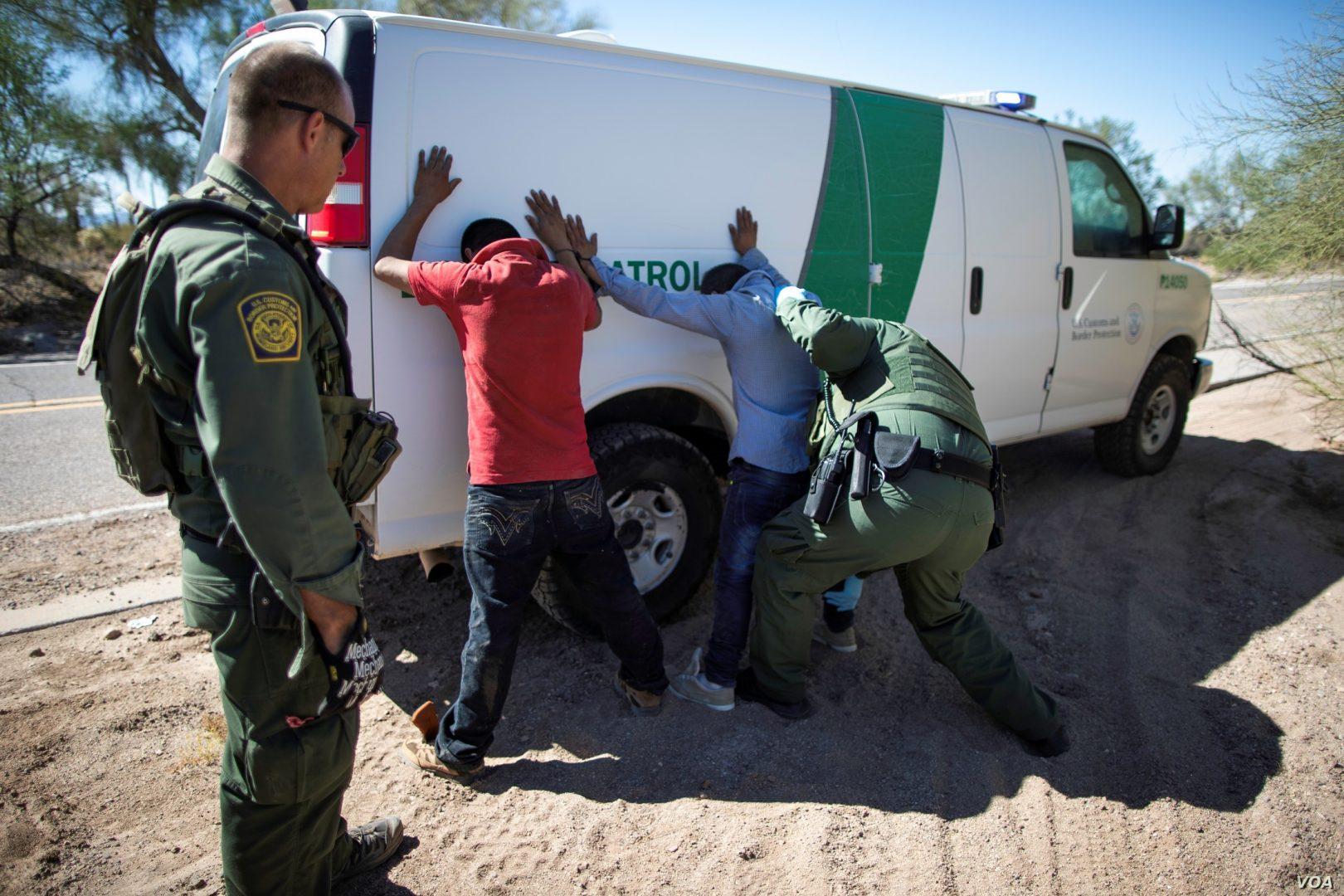 Foto19 Prisao na fronteira CBP Brasileiros estão entre as centenas de imigrantes que se entregaram na fronteira
