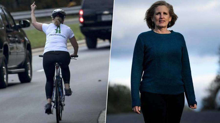 "Foto8 Juli Briskman Ciclista que ""mostrou dedo"" para caravana de Trump vence eleições"