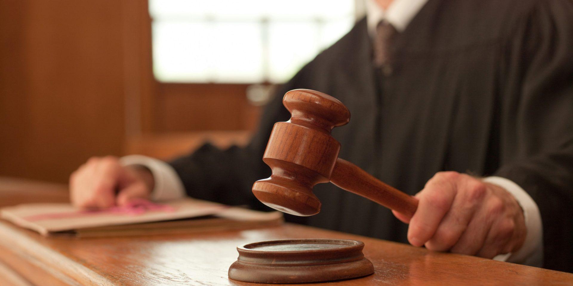 Foto18 Martelo da justica Juiz obriga americano que ofendeu imigrante a escrever redação