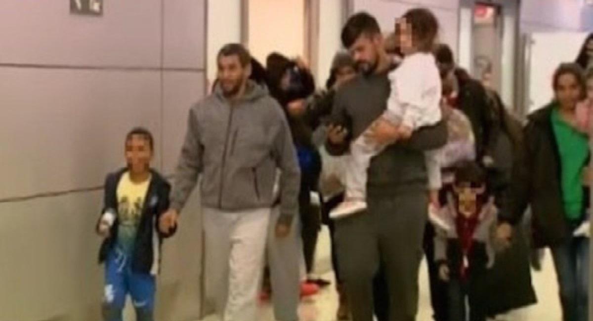 """Foto22 Brasileiros deportados Brasileiros deportados dos EUA são """"abandonados"""" em Confins"""