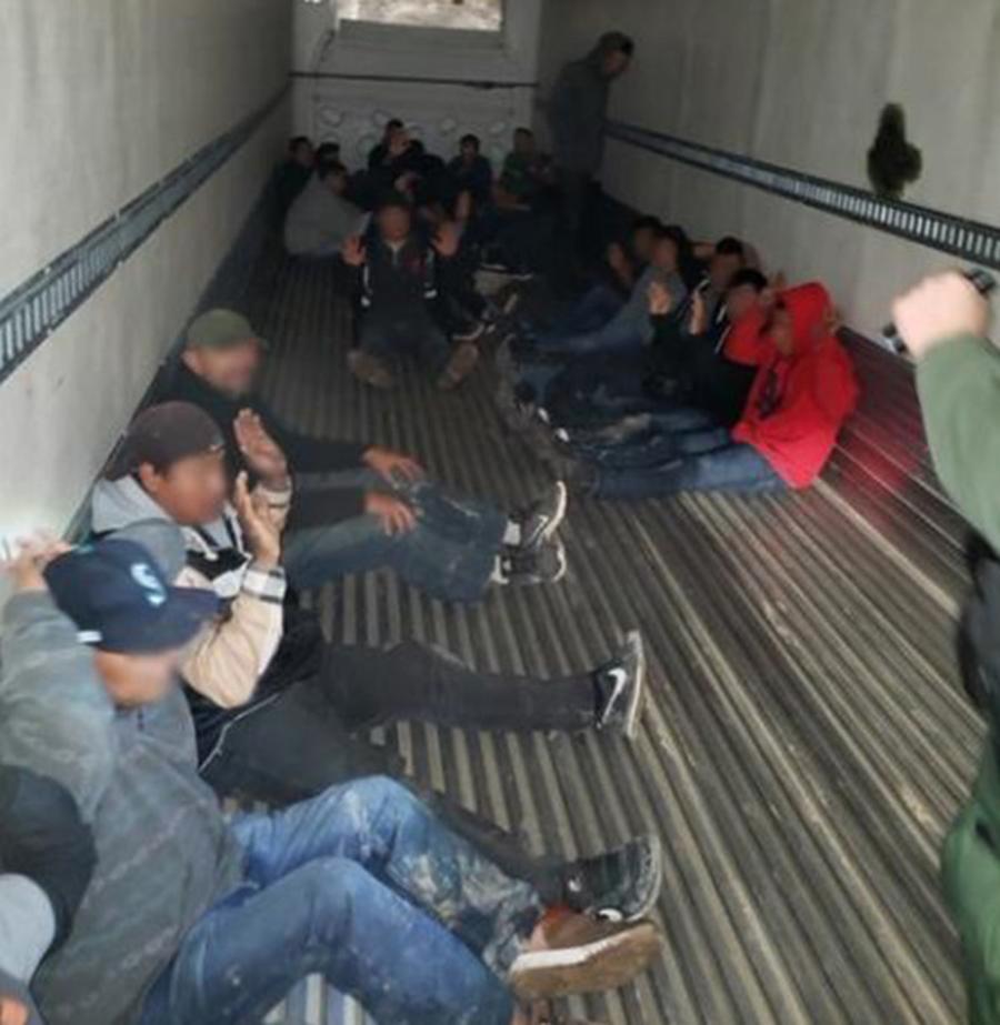 Foto28 Imigrantes escondidos Motorista com carteira falsa tenta contrabandear 26 imigrantes