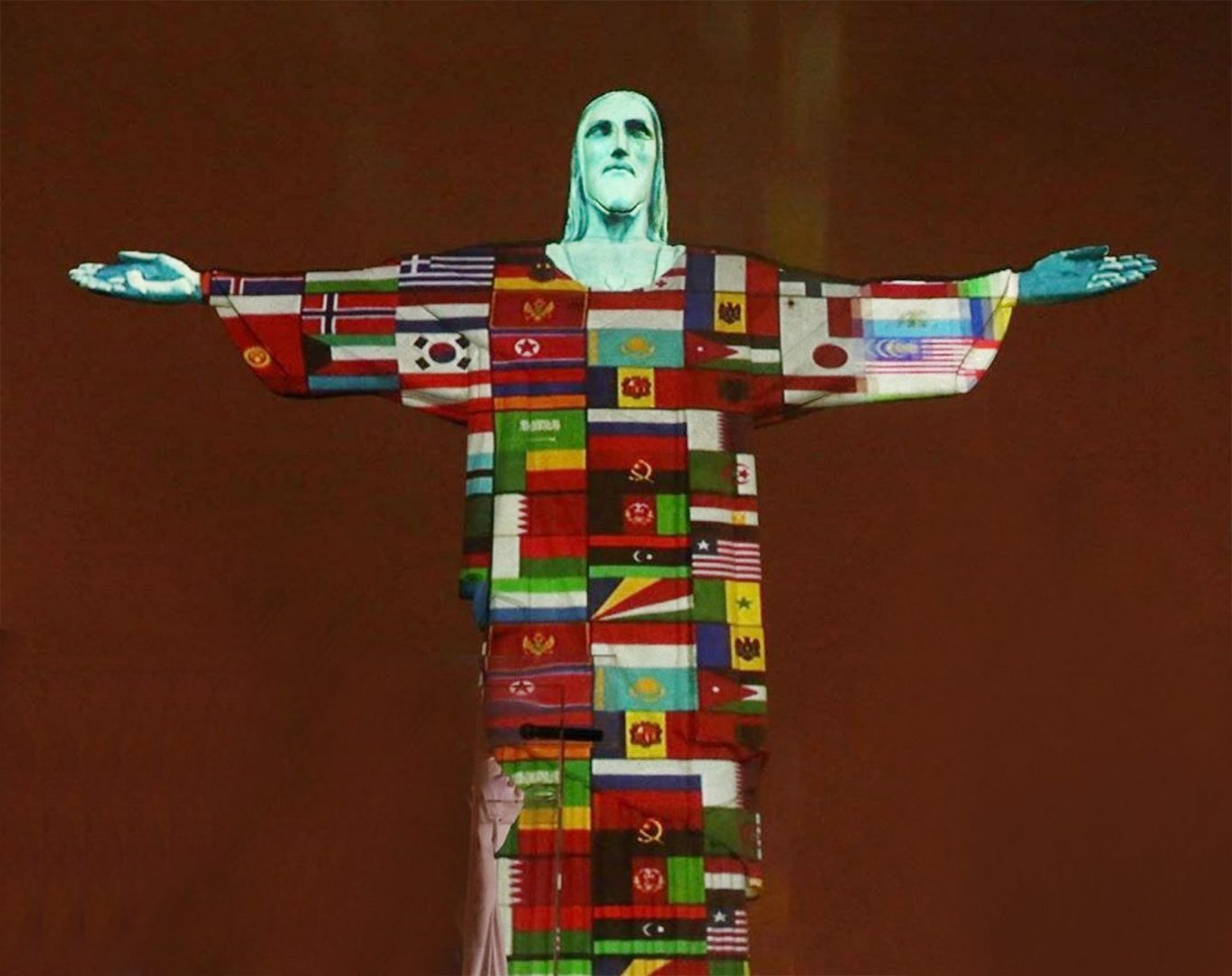 6BEE4605 D9E3 46F3 9676 D049E2369B40 scaled Cristo Redentor é iluminado com bandeiras de países afetados pelo coronavírus