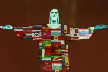 Cristo Redentor é iluminado com bandeiras de países afetados pelo coronavírus