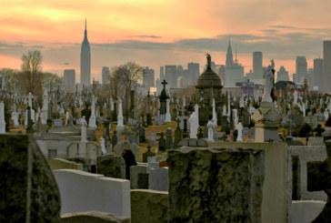 """Mortes por coronavírus """"congestionam"""" cemitérios em NYC"""