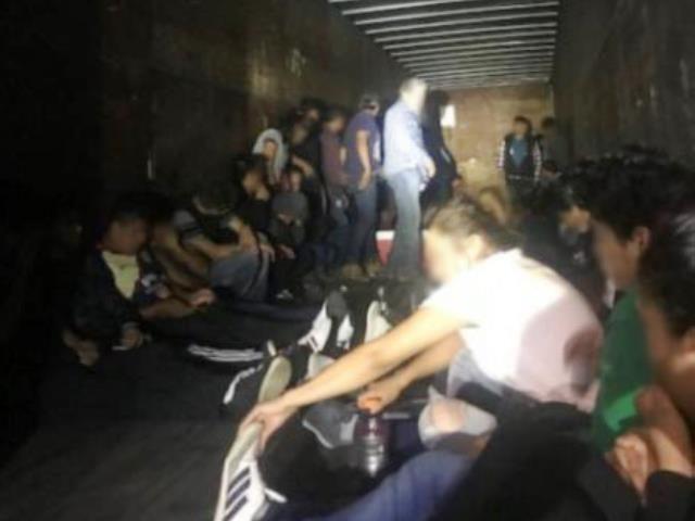 Foto24 Imigrantes escondidos na carroceria Patrulheiros encontram 90 imigrantes escondidos em caminhão no TX