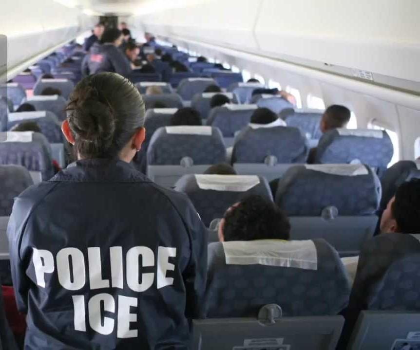 Voo ICE  ICE retornou aos EUA 114 cidadãos em voo de deportação a El Salvador