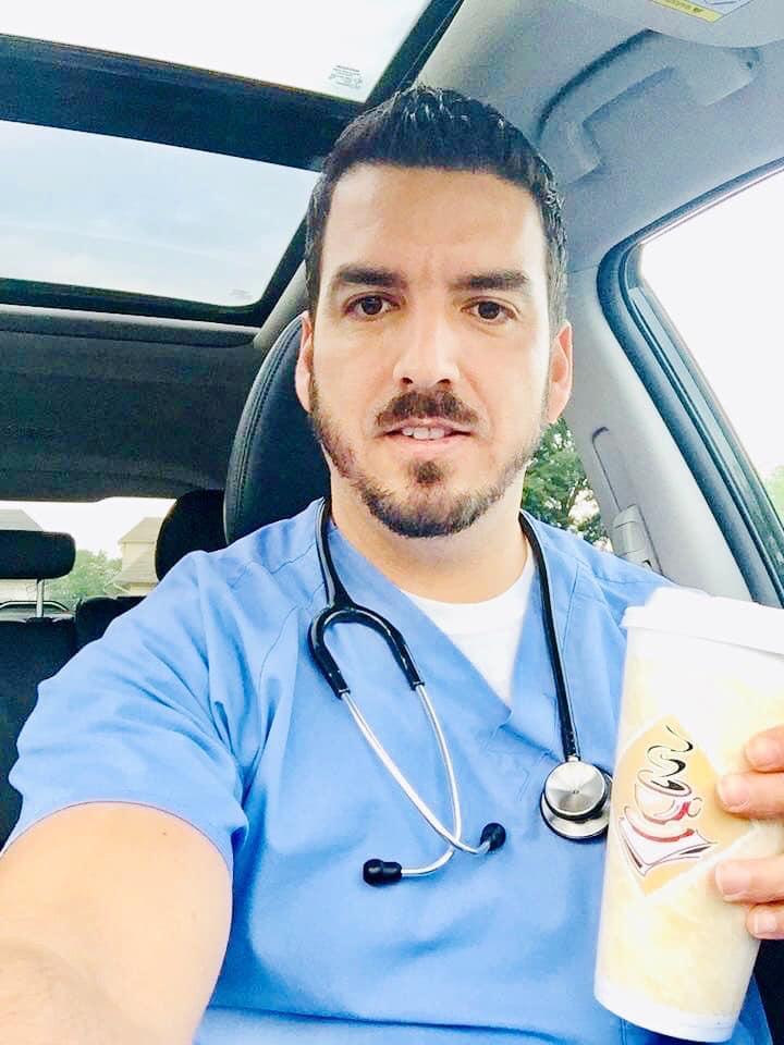 """Saulo Peres Enfermeiro brasileiro é considerado """"Herói"""" e concorre a prêmio em NY"""