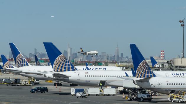 United Airlines United Airlines usa apenas de 3 mil de seus 25 mil comissários de bordo