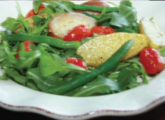 Batatas com tomates assados  salada de rúcula e vagem